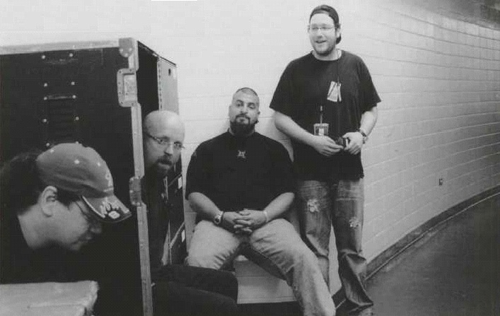 Слева направо JOEY ORTEGA, ALAN DOYLE (Менеджер Сцены), GIO GASPARETTI (личный охранник Джеймса, а также начальник службы безопасности группы) и LEE ROSENBLATT (Координатор Команды Управления)